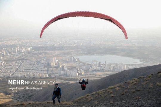 تصاویر/ جشنواره ورزش های هوایی در دریاچه خلیج فارس